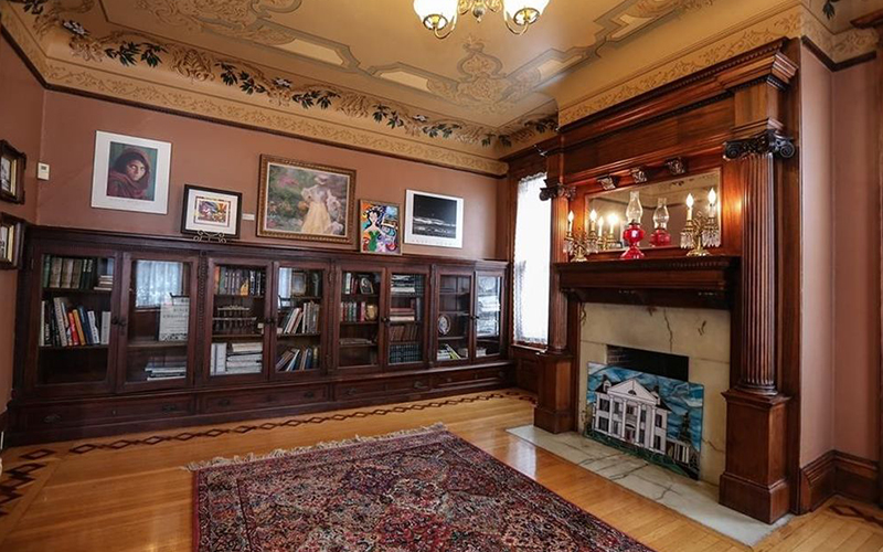Library in Oaks Manor mansion